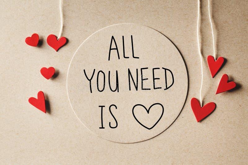 Όλο που χρειάζεστε είναι μήνυμα αγάπης με τις μικρές καρδιές στοκ φωτογραφίες