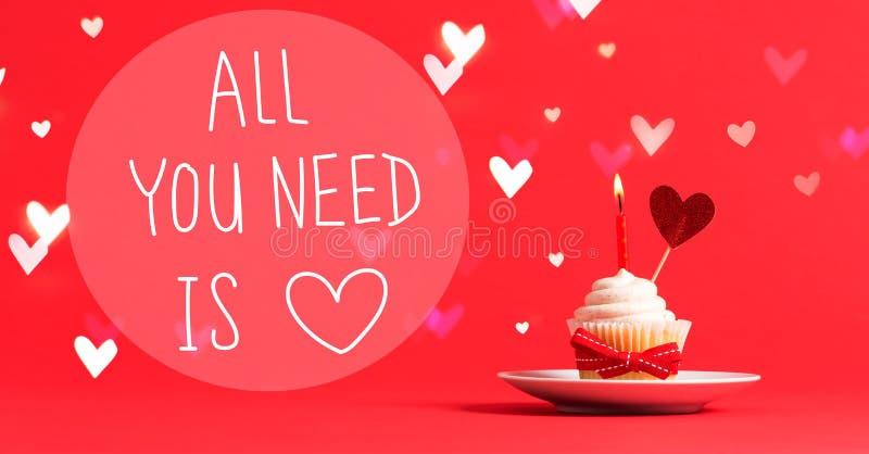 Όλο που χρειάζεστε είναι μήνυμα αγάπης με το cupcake και την καρδιά στοκ εικόνες