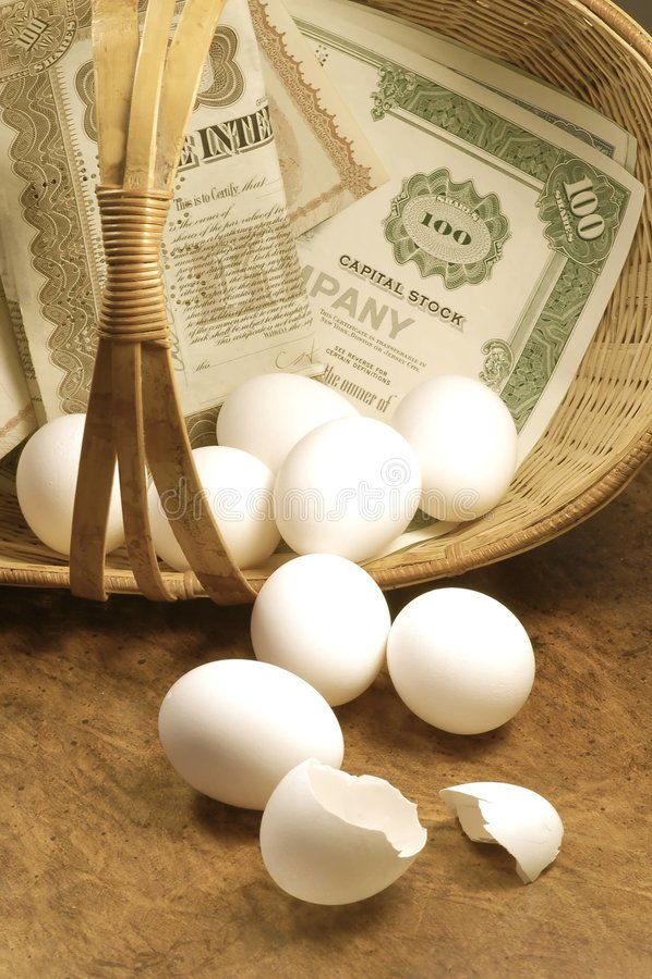 όλο το καλάθι φορά τα αυγά ένα τεθειμένο τ σας στοκ φωτογραφίες