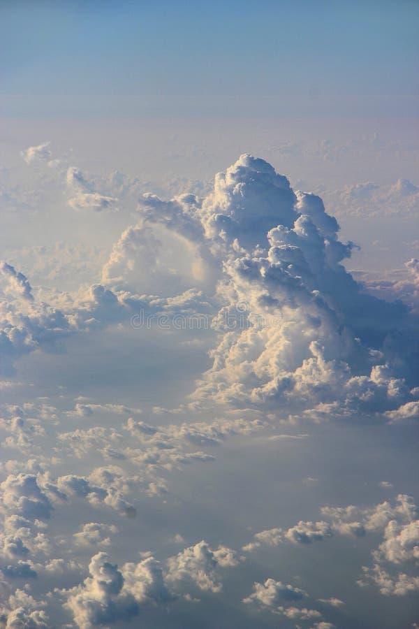 Όμορφα άσπρα σύννεφα με τις ηλιόλουστες ακτίνες Τοπίο με τον ήλιο και τον ουρανό στοκ εικόνα με δικαίωμα ελεύθερης χρήσης