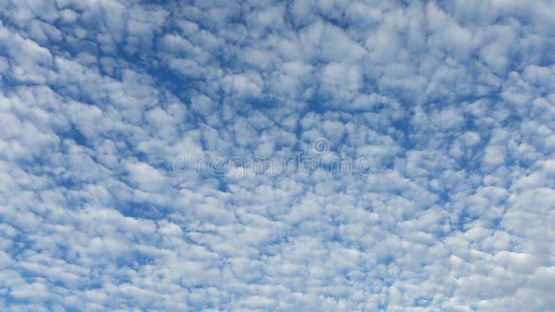 Όμορφα άσπρα σύννεφα σε έναν φωτεινό μπλε ουρανό στοκ φωτογραφίες με δικαίωμα ελεύθερης χρήσης