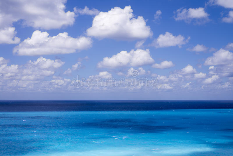 Όμορφα άσπρα σύννεφα στο μπλε ουρανό πέρα από την ήρεμη θάλασσα στοκ εικόνες με δικαίωμα ελεύθερης χρήσης