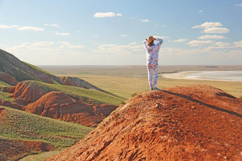 Όμορφα βουνά του κόκκινου αργίλου ενάντια στο μπλε ουρανό Τοπίο της ερήμου Διάστημα για το κείμενο δραματικό τοπίο του αργίλου στοκ φωτογραφίες