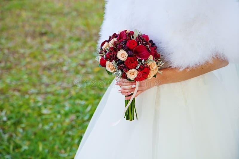 Όμορφα γαμήλια λουλούδια στα χέρια νυφών Φθινόπωρο στοκ εικόνες με δικαίωμα ελεύθερης χρήσης