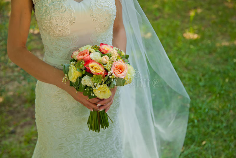 Όμορφα γαμήλια λουλούδια στα χέρια νυφών στοκ φωτογραφίες με δικαίωμα ελεύθερης χρήσης