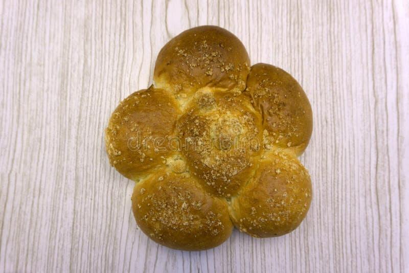 Όμορφα γλυκά κουλούρια που γίνονται ως λουλούδι ή οικογένεια σαλιγκαριών Πρόσφατα ψημένοι γλυκοί κουλούρια ή ρόλοι ψωμιού με τη μ στοκ φωτογραφία
