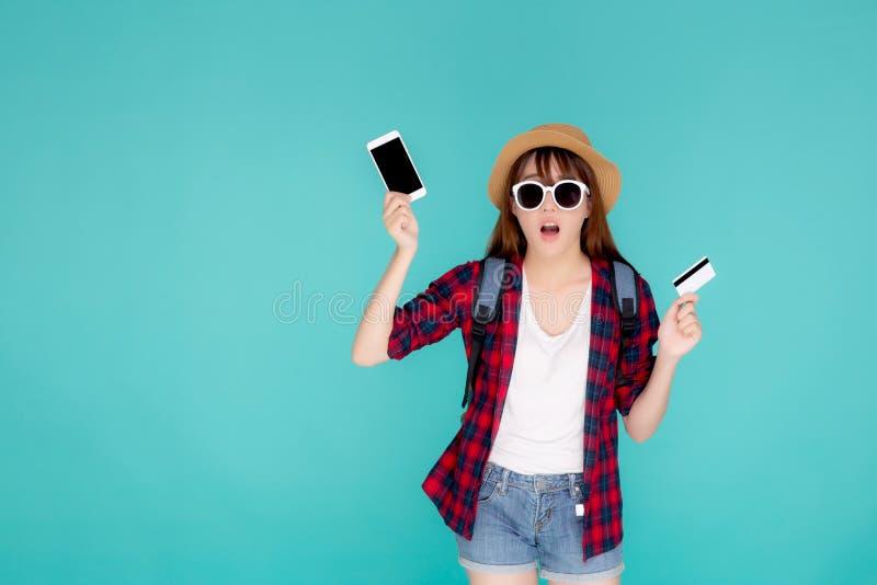 Όμορφα γυαλιά ηλίου και καπέλο ένδυσης γυναικών πορτρέτου νέα ασιατικά για να ταξιδεψει την πιστωτική κάρτα λαβής θερινού ταξιδιο στοκ φωτογραφίες με δικαίωμα ελεύθερης χρήσης