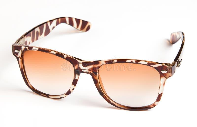 Όμορφα γυαλιά ηλίου με το χρωματισμένο γυαλί στοκ εικόνες