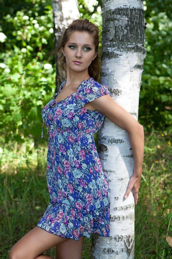 όμορφα δάση κοριτσιών στοκ εικόνα με δικαίωμα ελεύθερης χρήσης