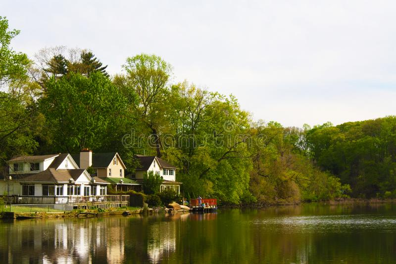 3 όμορφα δευτερεύοντα σπίτια λιμνών στοκ φωτογραφία με δικαίωμα ελεύθερης χρήσης