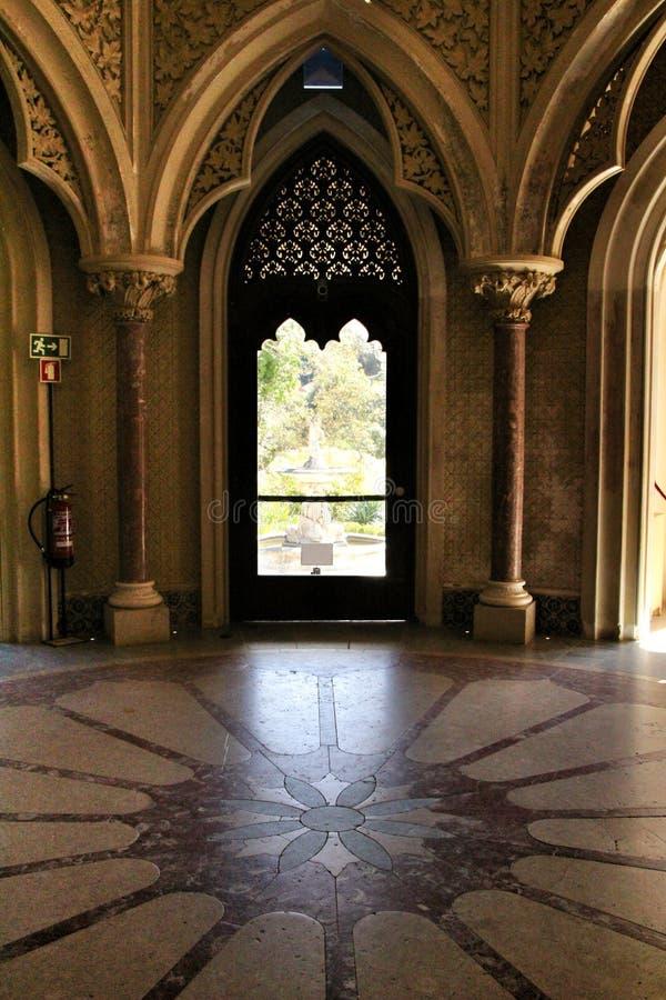 Όμορφα δωμάτια με τα arcades και τους στυλοβάτες του παλατιού Monserrate σε Sintra στοκ φωτογραφίες