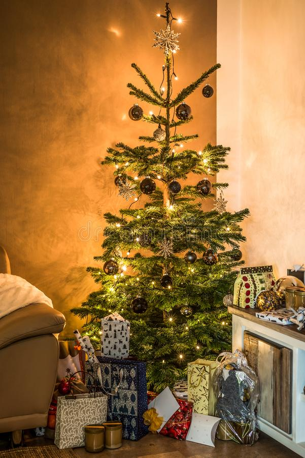 Όμορφα δώρα οργάνωσης δέντρων καθιστικών Χαρούμενα Χριστούγεννας aith που διακοσμούνται για καλές διακοπές στο σπίτι στοκ εικόνα
