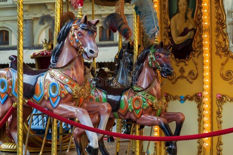 Όμορφα εκλεκτής ποιότητας αναδρομικά εύθυμος-πηγαίνω-στρογγυλά ξύλινα άλογα ιπποδρομίων στοκ φωτογραφία με δικαίωμα ελεύθερης χρήσης