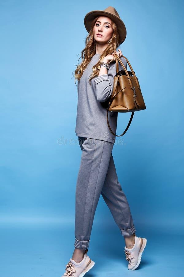 Όμορφα ενδύματα το περιστασιακό s ένδυσης ύφους μόδας γοητείας γυναικών προκλητικά στοκ εικόνα