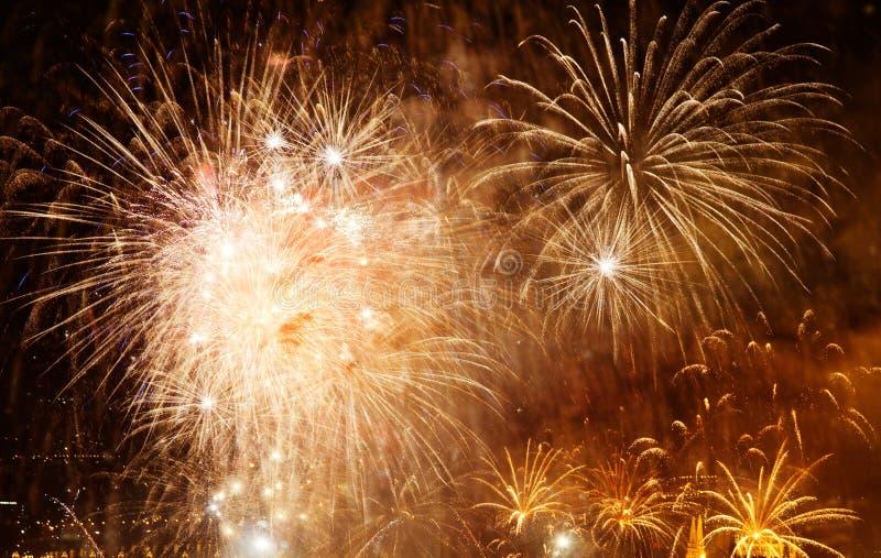 όμορφα ζωηρόχρωμα πυροτεχνήματα στο νέο διάστημα έτους και αντιγράφων - αφηρημένο υπόβαθρο διακοπών στοκ φωτογραφίες