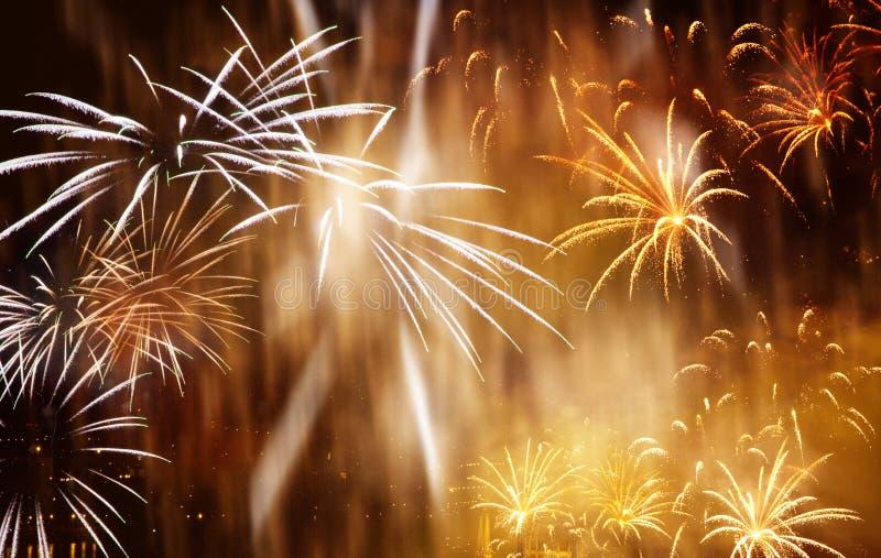 όμορφα ζωηρόχρωμα πυροτεχνήματα στο νέο διάστημα έτους και αντιγράφων - αφηρημένο υπόβαθρο διακοπών στοκ εικόνα
