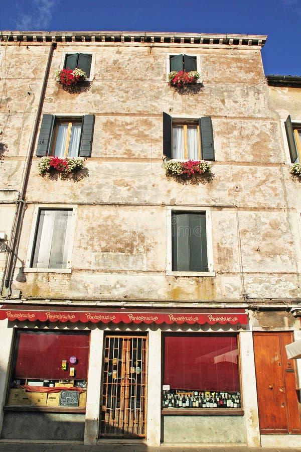 Όμορφα ζωηρόχρωμα σπίτια στην οδό πόλεων της Βενετίας σε μια θερινή ημέρα στοκ εικόνες με δικαίωμα ελεύθερης χρήσης