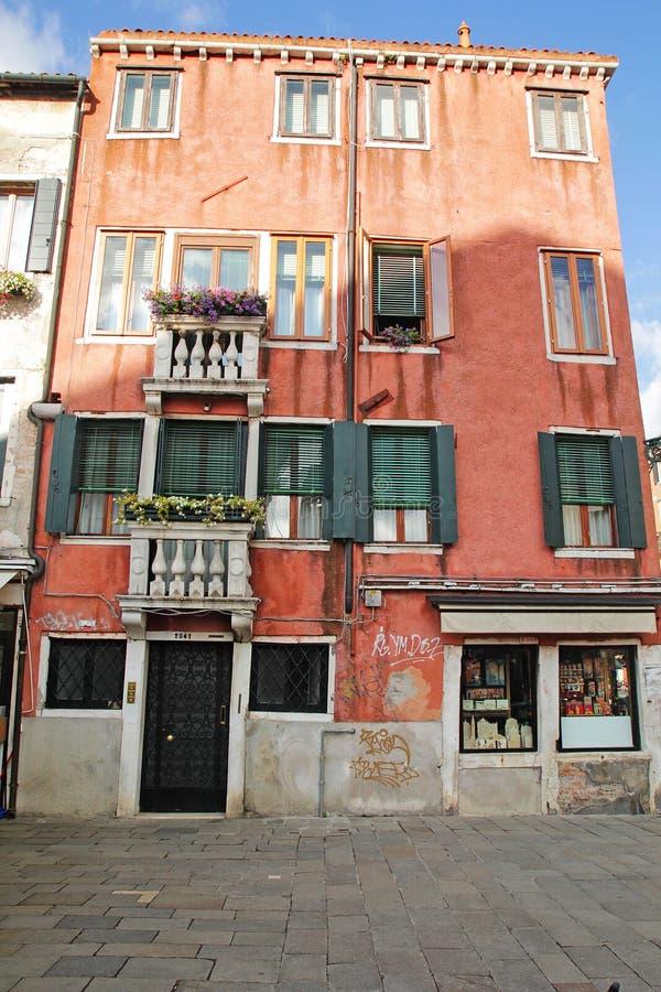 Όμορφα ζωηρόχρωμα σπίτια στην οδό πόλεων της Βενετίας σε μια θερινή ημέρα στοκ εικόνες