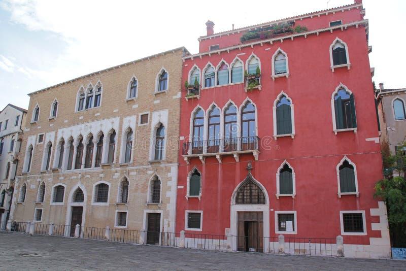 Όμορφα ζωηρόχρωμα σπίτια στην οδό πόλεων της Βενετίας σε μια θερινή ημέρα στοκ εικόνα με δικαίωμα ελεύθερης χρήσης