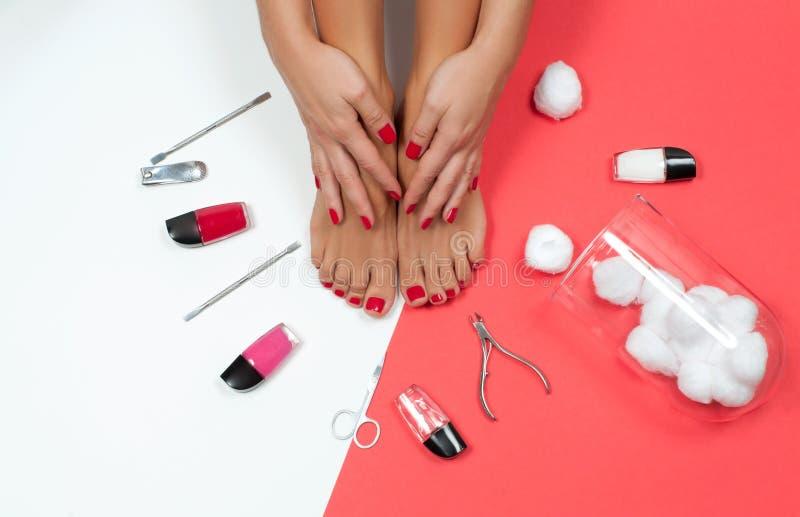 Όμορφα θηλυκά πόδια και χέρια στο σαλόνι SPA στο pedicure και τη διαδικασία μανικιούρ στοκ φωτογραφίες
