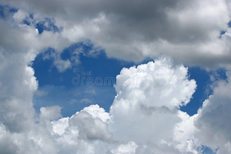 Όμορφα θυελλώδη σύννεφα και δραματικός ουρανός στοκ εικόνες