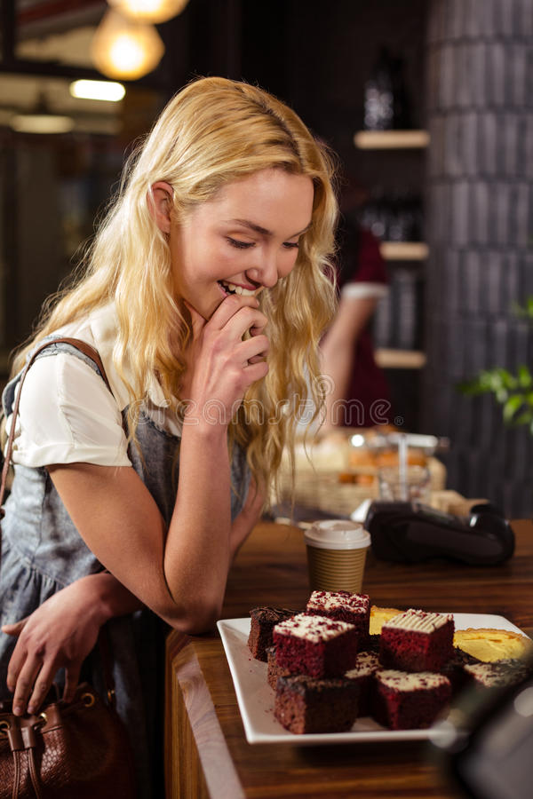 Όμορφα κέικ θαυμασμού πελατών στοκ εικόνα με δικαίωμα ελεύθερης χρήσης