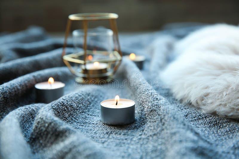 Όμορφα καίγοντας κεριά στο ύφασμα στοκ φωτογραφίες