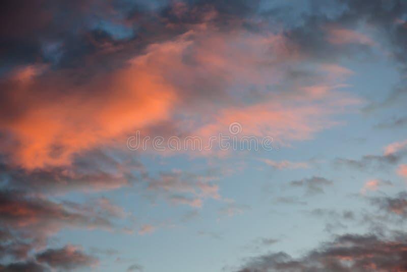 Όμορφα και δραματικά κόκκινα σύννεφα στον ουρανό το ηλιοβασίλεμα στοκ εικόνες