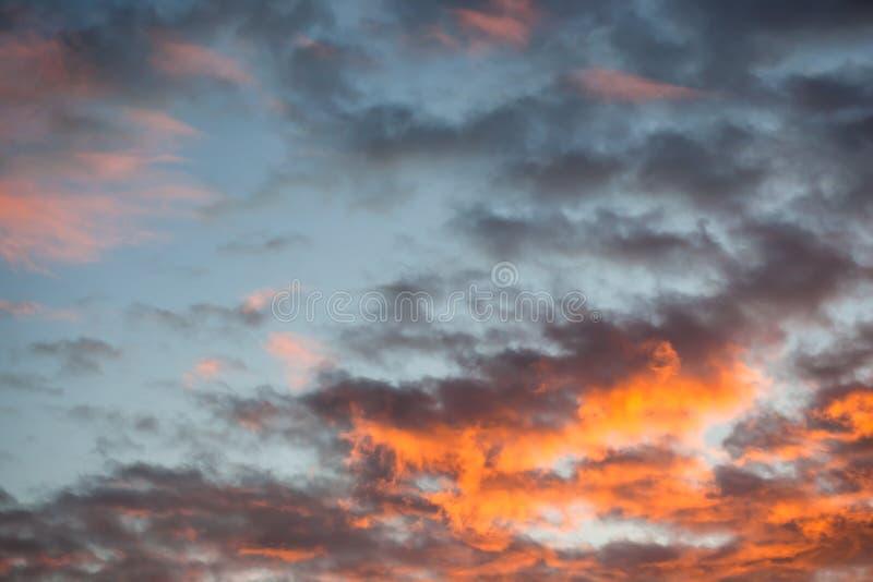 Όμορφα και δραματικά κόκκινα σύννεφα στον ουρανό το ηλιοβασίλεμα στοκ φωτογραφία με δικαίωμα ελεύθερης χρήσης