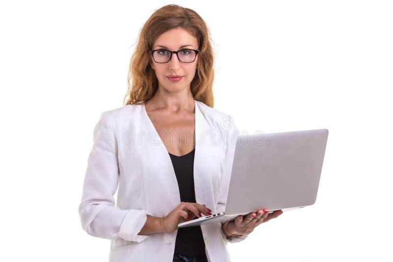 Όμορφα καυκάσια γυαλιά και χρησιμοποίηση ένδυσης επιχειρηματιών σύγχρονα στοκ φωτογραφία με δικαίωμα ελεύθερης χρήσης