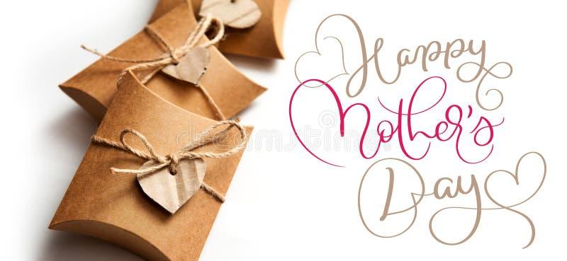Όμορφα κιβώτια για τα δώρα μια άσπρη ημέρα μητέρων υποβάθρου και κειμένων ευτυχή Το γράφοντας χέρι καλλιγραφίας σύρει στοκ φωτογραφίες