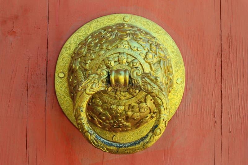 Όμορφα κινεζικά ρόπτρα πορτών ορείχαλκου ύφους στοκ φωτογραφία