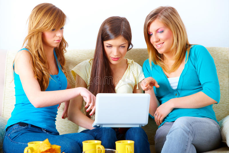 Όμορφα κορίτσια με το lap-top στοκ εικόνα