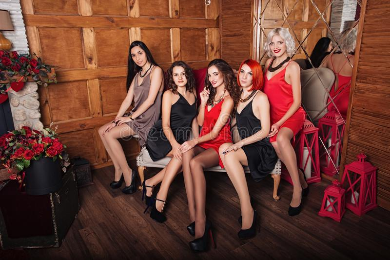 Όμορφα κορίτσια σε ένα ξύλινο υπόβαθρο Γιορτάστε τα γενέθλια στοκ εικόνα με δικαίωμα ελεύθερης χρήσης
