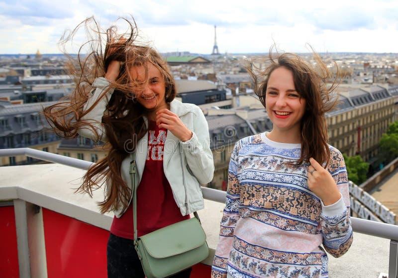 Όμορφα κορίτσια σπουδαστών στο Παρίσι στοκ εικόνα
