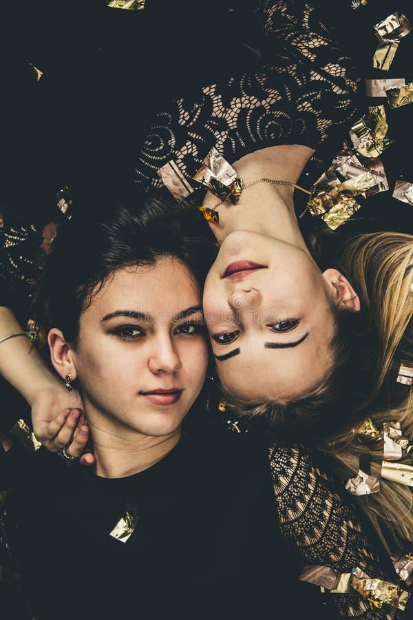 Όμορφα κορίτσια στο χρυσό Ξανθός και brunette στο χρυσό κομφετί στοκ φωτογραφίες με δικαίωμα ελεύθερης χρήσης