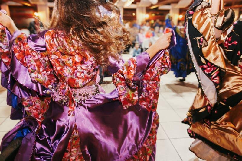 Όμορφα κορίτσια τσιγγάνων που χορεύουν στον παραδοσιακό ζωηρόχρωμο ιματισμό Φεστιβάλ τσιγγάνων της Ρώμης Γυναίκα που εκτελεί το χ στοκ εικόνα