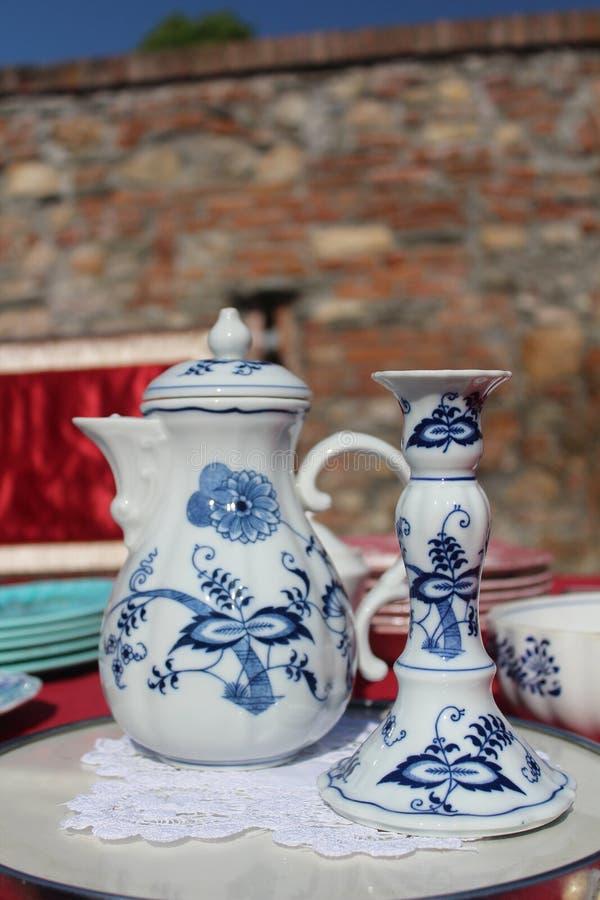 Όμορφα κούπα και κηροπήγιο της Κίνας που πωλούνται σε μια αγορά αντικών στοκ εικόνες