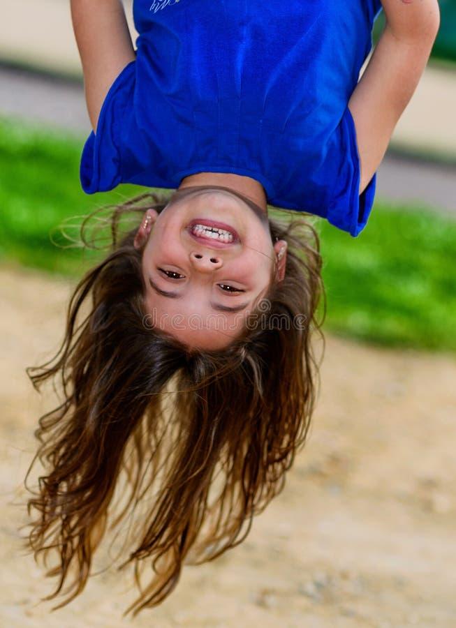 Όμορφα κρεμώντας άνω πλευρά και γέλιο παιδιών στοκ εικόνες
