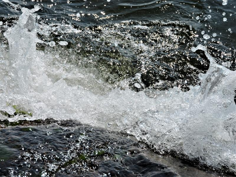 Όμορφα κύματα της θάλασσας της Βαλτικής στη Φινλανδία στοκ εικόνα