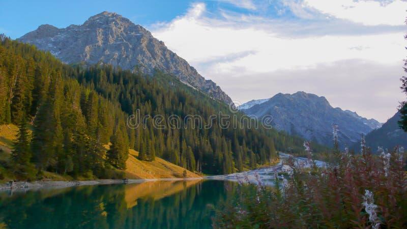 Όμορφα λίμνη και τοπίο βουνών στις ελβετικές Άλπεις κοντά σε Αρόζα στα τέλη του φθινοπώρου με τα χρώματα πτώσης στοκ φωτογραφίες