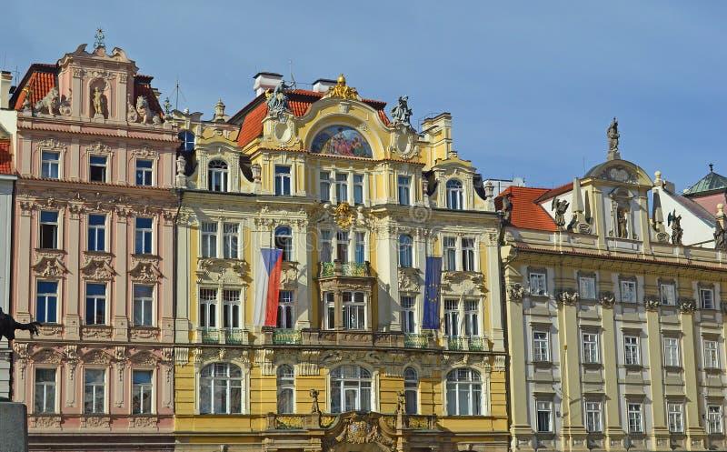 Όμορφα λαμπρά χρωματισμένα μπαρόκ παλάτια που ευθυγραμμίζουν την παλαιά πλατεία της πόλης Πράγα στοκ εικόνα