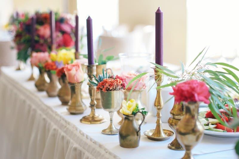 Όμορφα λουλούδια στον πίνακα στη ημέρα γάμου Γαμήλια όμορφη ζωηρόχρωμη ανθοδέσμη στοκ φωτογραφία με δικαίωμα ελεύθερης χρήσης