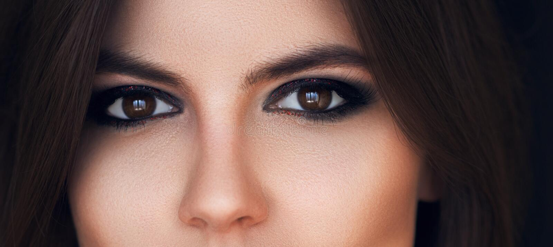 Όμορφα μάτια με το φωτεινό makeup άποψη, αισθησιακό βλέμμα Θηλυκά μάτια με μακρύ Eyelashes Καπνώές μάτι makeup Σκιές ματιών τέλει στοκ φωτογραφία