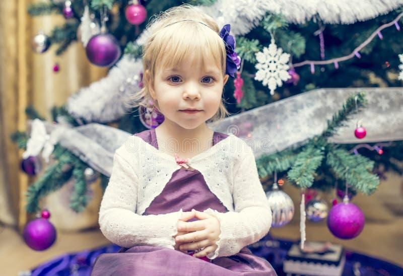 Όμορφα μικρό κορίτσι και χριστουγεννιάτικο δέντρο στοκ εικόνα με δικαίωμα ελεύθερης χρήσης