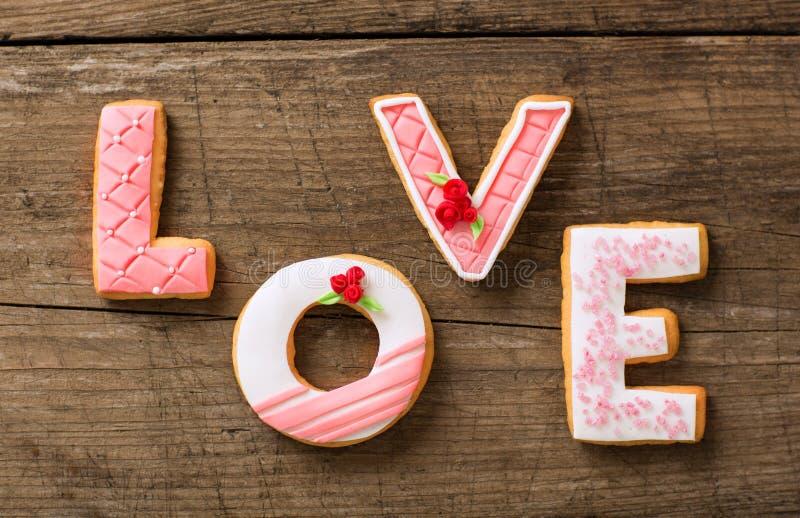 Όμορφα μπισκότα μελοψωμάτων ημέρας βαλεντίνων στοκ εικόνες