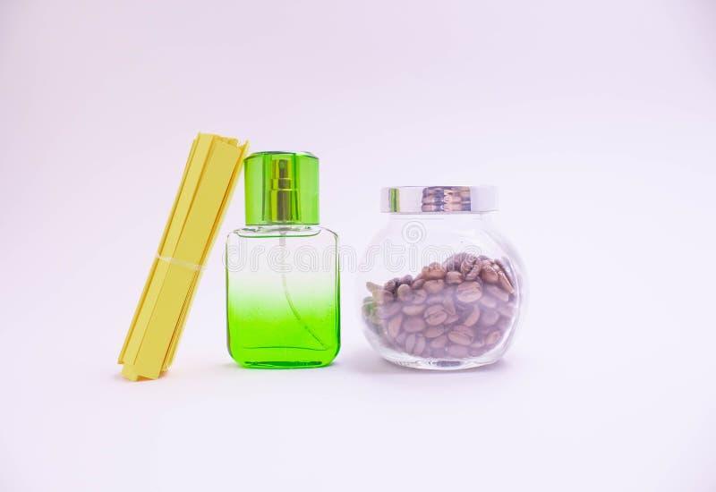 Όμορφα μπουκάλια γυαλιού των διαφορετικών χρωμάτων του αρώματος σε έν στοκ εικόνες