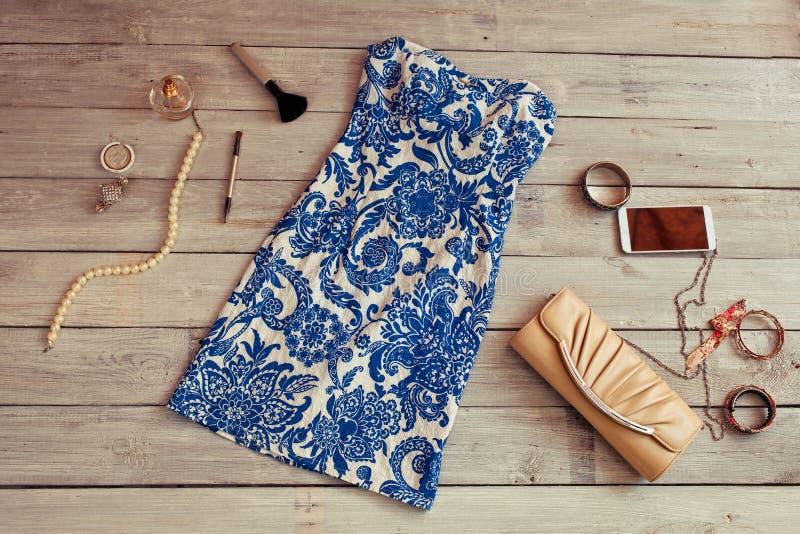 Όμορφα μπλε φόρεμα και εξαρτήματα σε ένα ξύλινο backgroun στοκ εικόνες