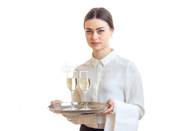 Όμορφα νέα γυαλιά κρασιού εκμετάλλευσης σερβιτορών σε έναν δίσκο αυτός στοκ φωτογραφία