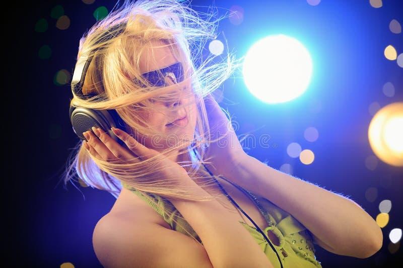 όμορφα ξανθά ακουστικά στοκ εικόνα